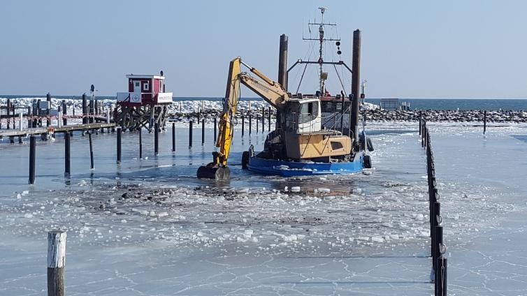 ausbaggerung des Hafenbeckens